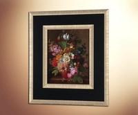 Розы, тюльпаны, георгины и другие цветы в глиняном горшке на мра